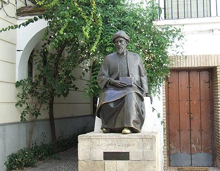 """פסל הרמבם בכיכר """"טבריה"""" בקורדובה, ליד בית הכנסת (צילום: יואב גלזנר)"""