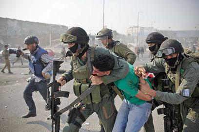 IDF troops arrest rioter at Qalandiya