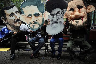 """מפגינים נגד אחמדינג'אד, חמינאי ואסד מחוץ לעצרת האו""""ם (צילום: AFP)"""