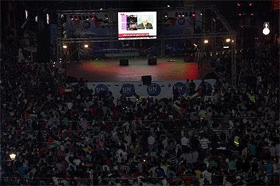 """אוהדי אבו מאזן צופים בנאומו בעצרת האו""""ם, 2011 (צילום: גיל יוחנן)"""