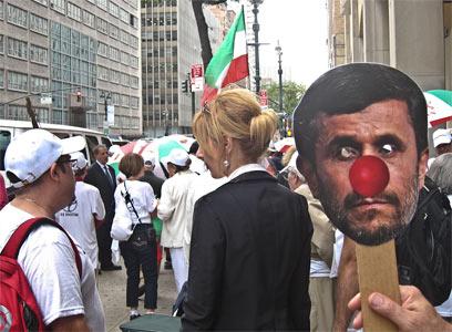 """הפגנה נגד איראן ואחמדינג'אד מחוץ לאו""""ם, שבוע שעבר (צילום: ישראל עצמון)"""