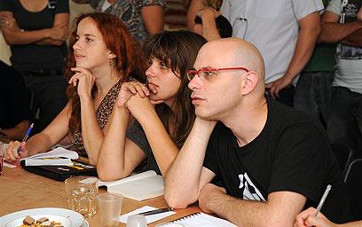 רגב קונטס, דפני ליף וסתיו שפיר צופים בטרכטנברג (צילום: ירון ברנר)