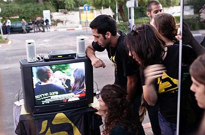 צופים בטרכטנברג במהלך הפגנת סטודנטים בירושלים (צילום: נועם מושקוביץ)