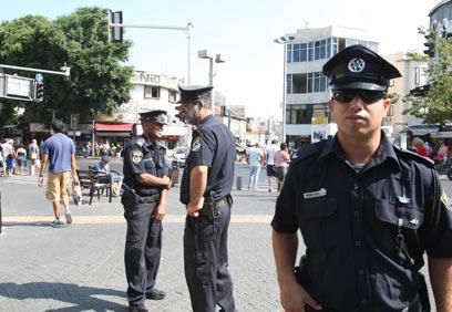 שוטרים בכניסה לשוק הכרמל בתל אביב (צילום: מוטי קמחי)