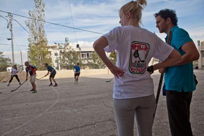 יש מי שהעדיף לרוץ אחרי דיסקית במקום לשתות בירה בשקט. משחק הוקי שדה בטייבה (צילום: מתי מילשטיין)
