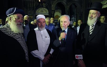"""הנשיא פרס והרבנים עמאר ומצגר במסגד, היום (צילום: עמוס בן גרשום, לע""""מ)"""