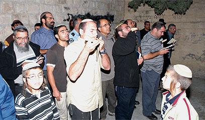 מתפללים במתחם, הלילה (צילום: מאיר ברכיה, באדיבות מועצה אזורית שומרון)