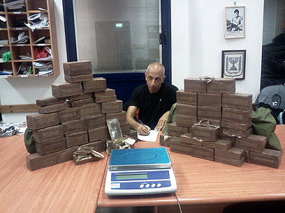 רב-פקד יוסי גרשון עם הסמים שנתפסו (צילום: באדיבות משטרת ישראל)