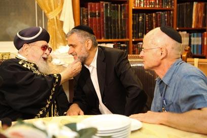 הרב עובדיה עם אלי ישי ונועם שליט, אחרי אישור העסקה (צילום: אוהד צויגנברג)