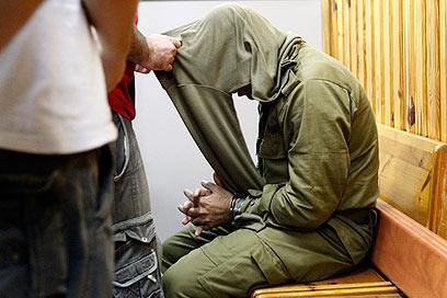 הקצין בעת הארכת מעצרו. כבר בלי הדרגות (צילום: צפריר אביוב)