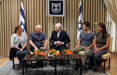 משפחת שליט אצל הנשיא (צילום: מרים אלסטר/פלאש 90)
