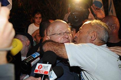 השכנים התנפלו בנשיקות וחיבוקים (צילום: אביהו שפירא)