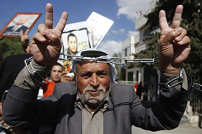 חוגגים את השחרור הממשמש ובא של האסירים בבית לחם (צילום: AFP)