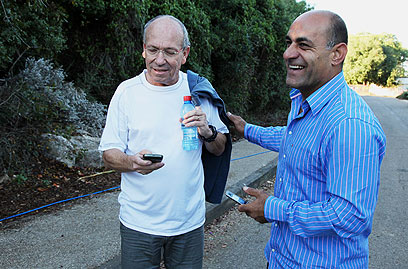"""עזאם עזאם ושמשון ליבמן, יו""""ר המטה למען שחרור גלעד (צילום: אבישג שאר-ישוב)"""