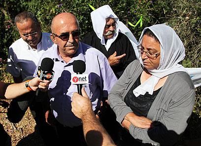 הוריו של מג'די חלבי, ליד בית משפחת שליט (צילום: אבישג שאר-ישוב)