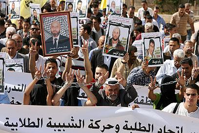 """מפגינים בבית לחם למען שחרור האסירים. """"החלטה בלתי סבירה"""" (צילום: EPA)"""
