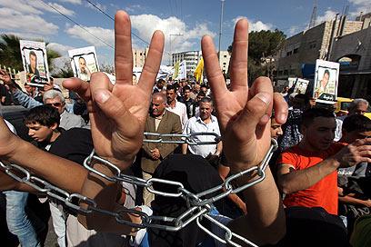 מפגינים למען שחרור אסירים  (צילום: EPA)