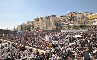 למעלה מ-70 אלף איש - אחד המעמדים הגדולים שידע הכותל (צילום: אדמון הכהן, באדיבות הקרן למורשת הכותל המערבי)