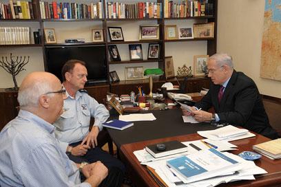 """ראש הממשלה בפגישה עם השליח דוד מידן (צילום: עמוס בן גרשום, לע""""מ)"""