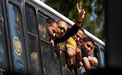 אסירים ששוחררו בשלב א'. הפעם בלי דם על הידיים (צילום: רויטרס)