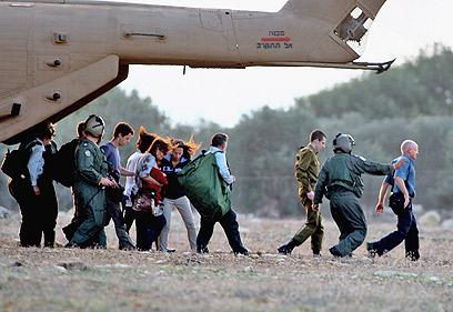 איש צוות מראה לשליט את הדרך, לאחר הנחיתה במצפה הילה (צילום: גיל נחושתן)