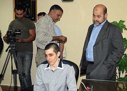 """אבו מרזוק ושליט בזמן הראיון במצרים. """"הקלף שירת את המטרה"""" (צילום: AP)"""