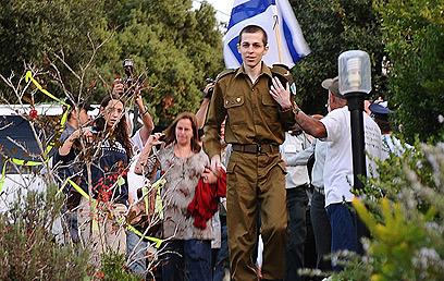 """גלעד שליט שב לביתו ביום השחרור (צילום: דובר צה""""ל)"""
