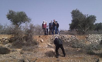 רעולי פנים בשטח המריבה, סמוך לכפר ג'אלוד (צילום: ארז קריספין, לוחמים לשלום)