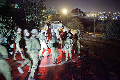 חיילים נכנסים לכפר בית איכסא במצוד אחר הדוקר (צילום: נועם מושקוביץ)