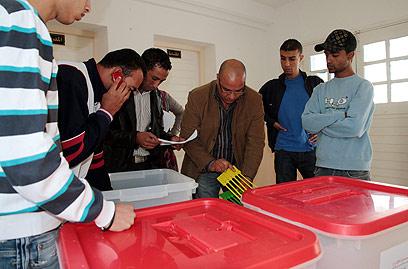 מכינים את תיבות ההצבעה לפתקים, אתמול (צילום: AP)