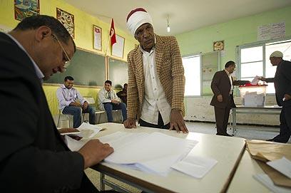 """""""צריך לחזור ולכבד את האיסלאם בתוניסיה"""". מצביעים, היום (צילום: AFP)"""