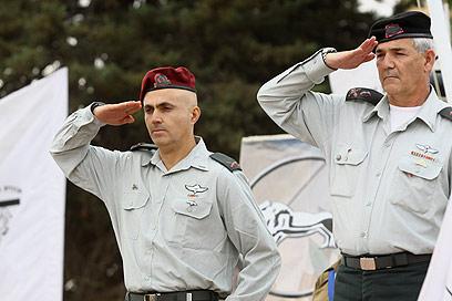 """תא""""ל מרדכי (משמאל), ביום כניסתו לתפקיד באוגדת איו""""ש (צילום: אוהד צויגנברג)"""