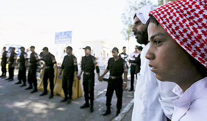 משפחות האסירים וכוחות הביטחון המצריים הגיעו למסוף טאבה (צילום: רויטרס)