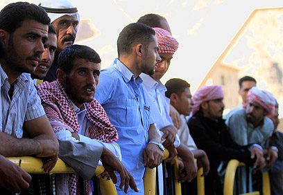 ממתינים לאסירים המשוחררים בצד המצרי של מעבר טאבה (צילום: AP)