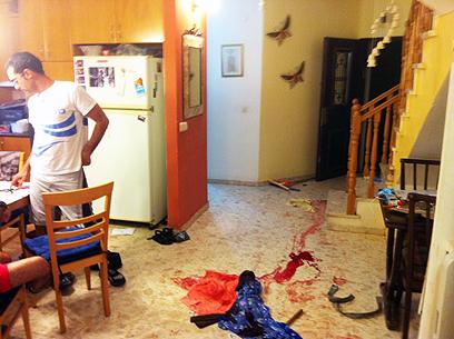 דם על הרצפה בבית הפצוע בגן יבנה (צילום: אבי רוקח)