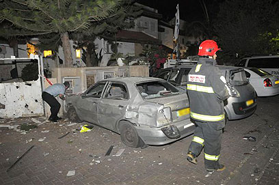 נזק רב נגרם גם למכוניות בגן-יבנה (צילום: אבי רוקח)
