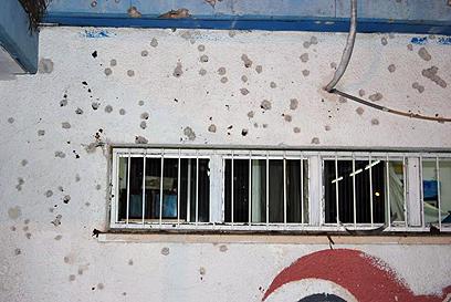 רסיסים בבית הספר שנפגע (צילום: זאב טרטכטמן)