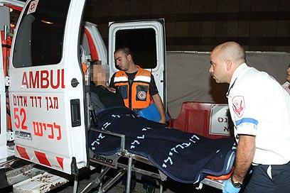 פינוי פצועים בבית החולים קפלן (צילום: עופר עמרם)