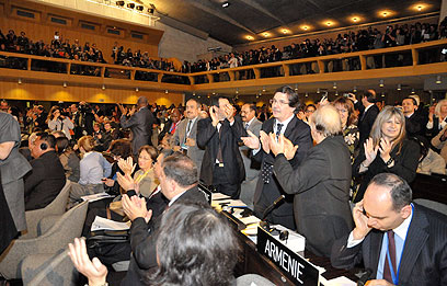 """הנציגים באונסק""""ו מריעים למשלחת הפלסטינית לאחר ההצבעה            (צילום: EPA)"""