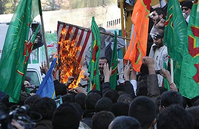 """דגלים הוצתו, והמפגינים קראו """"מוות לישראל"""" (צילום: AP)"""