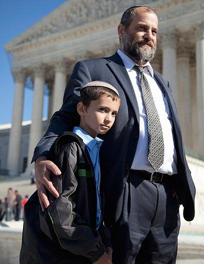 מנחם זיבוטופסקי ואביו (צילום: AP)