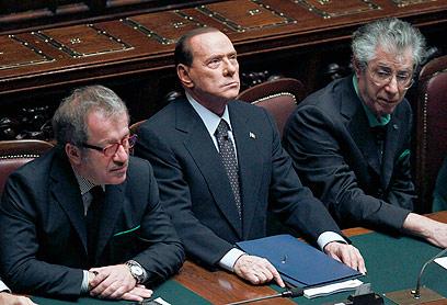 ברלוסקוני מקבל לידיו את תוצאות ההצבעה על התקציב      (צילום: רויטרס)