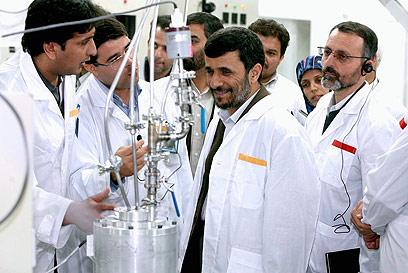 אחמדינג'אד במתקן ההעשרה בנתנז. פצצה תוך שנה? (צילום: EPA )