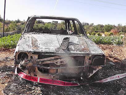 רכב שנשרף בבית אומר (צילום: עיסא סלבי)