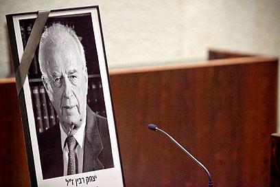תמונת רבין בישיבת הכנסת, נפתחה בדקת דומייה (צילום: נועם מושקוביץ)