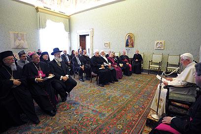 """האפיפיור והנציגים. עסק גם ב""""אלימות שהיא תוצאה של הכחשת האל""""  (צילום: AFP)"""