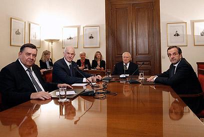 """קראצפריס במו""""מ עם רה""""מ היוצא, הנשיא וראש האופוזיציה (צילום: רויטרס)"""