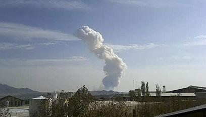 עשן מיתמר מהבסיס הצבאי אחרי הפיצוץ בשבת (צילום: AP)