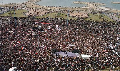 הפגנת תמיכה באסד אתמול. במקומות אחרים - טובחים (צילום: AFP)