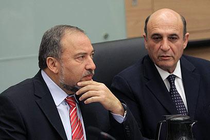 """יו""""ר הוועדה מופז והשר ליברמן (צילום: אלכס קולומויסקי, ידיעות אחרונות)"""